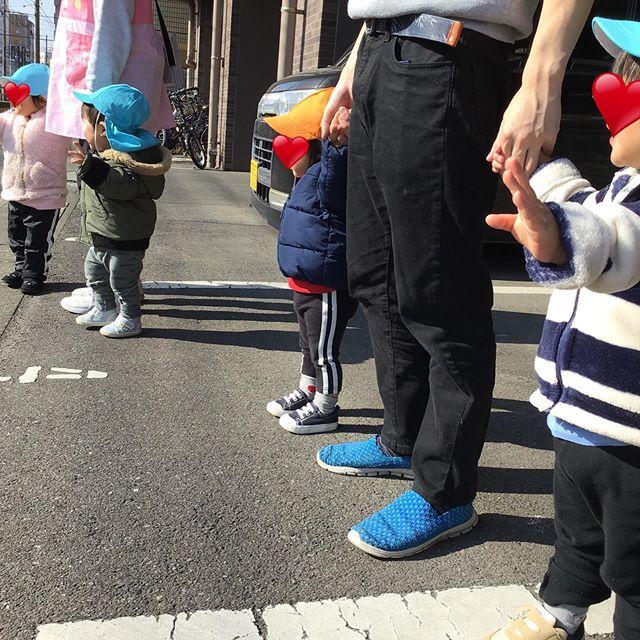 今日はお外へお出かけ先生と手を繋いで歩きました**#お散歩 #電車のみえる保育園 #鹿児島市 #かごしま #東谷山 #アドナース #企業主導型保育園 #小規模保育園 #一時預かり #アドナース