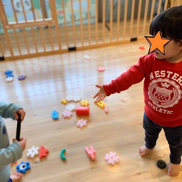 **「かして」「どうぞ」( ^ω^ )おもちゃのやりとりが上手な子どもたちです☆今日はひなまつり!壁面は綺麗なお雛様で華やいでます︎**#ひなまつり #電車のみえる保育園 #アドナース #鹿児島市 #かごしま #東谷山 #企業主導型保育園 #小規模保育園 #一時預かり #完全給食